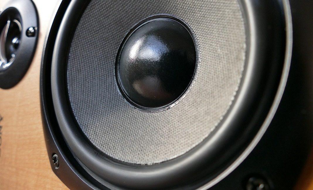 громкая музыка, шум,